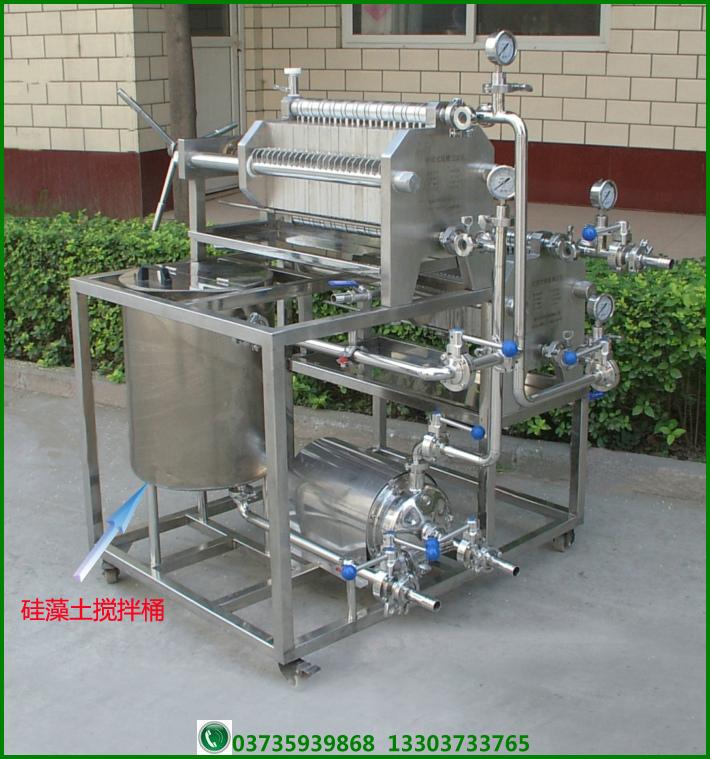 我公司开发的过滤精滤一体机是实验室及小规模液态制品生产厂家的必备设备,由硅藻土过滤机和纸板精滤机组成,具有一套完整的管路系统, 特别适合实验室、啤酒屋、生物制品等小型规模厂家液体的澄清、净化处理。本机可单独使用也可分开使用,硅藻土过滤机与机架、管路等组成过滤系统,精滤机主机独自组成精滤系统。 其中硅藻土过滤机(圆盘式或者板框式)为澄清过滤设备,以硅藻土等为助滤剂,以纸板(200200板框)或者不锈钢滤网(圆盘式)为支撑板,可以对各种酒、饮料、食品、医药、化工等行业的液态制品进行澄清过滤。能使1~5m以上